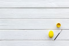 Uova con pittura variopinta per tradizione di pasqua sul modello di legno bianco di vista superiore del fondo immagini stock libere da diritti