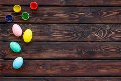 Uova con pittura variopinta per tradizione di pasqua sul modello di legno di vista superiore del fondo fotografia stock libera da diritti