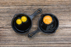 Uova crude in pentola su vecchio fondo di legno Immagine Stock Libera da Diritti