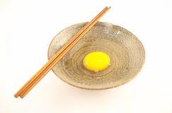 Uova crude in una tazza Fotografie Stock