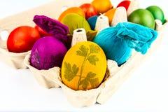 Uova decorate tradizionali in scatola delle uova del cartone Fotografie Stock Libere da Diritti