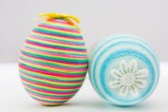 Uova decorative di Pasqua su priorità bassa bianca Immagini Stock Libere da Diritti