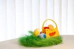 Uova decorative su erba verde Canestro del pollo Concetti Pasqua, uova, fatte a mano Fotografia Stock Libera da Diritti