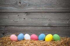 Uova del mangiatore su vecchio fondo di legno Fotografia Stock
