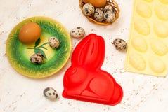 Uova del piatto e di quaglia di cottura di Pasqua Telefono mobile giallo Immagini Stock Libere da Diritti
