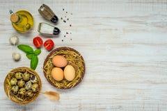 Uova del pollo e della quaglia con lo spazio della copia Immagini Stock