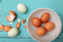 Uova del pollo sulla tavola di legno immagine stock