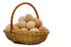 Uova del pollo in un cestino di vimini Fotografie Stock Libere da Diritti