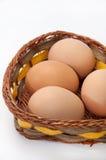 Uova del pollo in un cestino di vimini Fotografia Stock