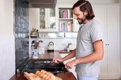 Uova della prima colazione dell'uomo immagini stock libere da diritti