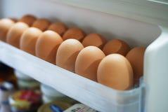 Uova della scelta dal frigorifero Fotografia Stock Libera da Diritti