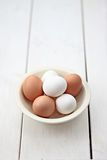 Uova dentro con la ciotola Fotografie Stock Libere da Diritti