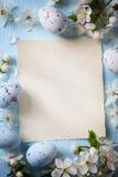 Uova di Art Easter e fiori della molla su fondo di legno Fotografia Stock