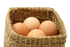 Uova di Brown in contenitore di legno di paglia Immagini Stock Libere da Diritti