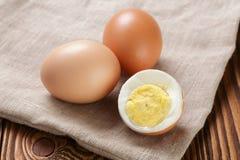 Uova di Brown sul panno di sacco o della tela da imballaggio Immagini Stock