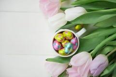 Uova di cioccolato di Pasqua con i tulipani Fotografia Stock