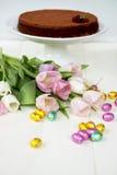 Uova di cioccolato di Pasqua, tulipani e dolce di cioccolato casalingo Fotografie Stock Libere da Diritti