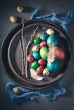Uova di Colourfull per Pasqua con le piume bianche fotografia stock libera da diritti