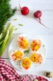Uova di Deviled Antipasto squisito Uova sode farciti con tuorlo, senape, maionese, paprica Ricetta classica fotografie stock