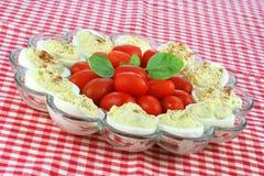 Uova di Deviled e pomodori dell'uva Immagini Stock Libere da Diritti