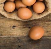 Uova di gallina in sacco di iuta marrone Immagini Stock