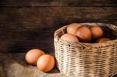 Uova di natura morta e composizione nel canestro Fotografie Stock