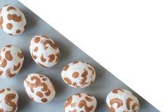 Uova di Pasqua bianche con un modello dell'oro illustrazione di stock