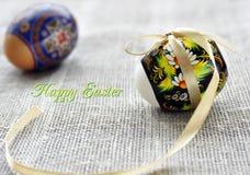 Uova di Pasqua bianche e marroni con l'arco dorato Fotografia Stock Libera da Diritti