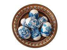Uova di Pasqua blu in piatto Fotografia Stock