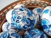 Uova di Pasqua blu in un piatto Immagine Stock Libera da Diritti
