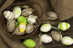 Uova di Pasqua in canestro di vimini Fotografie Stock Libere da Diritti
