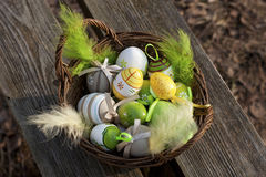 Uova di Pasqua in canestro di vimini Fotografie Stock