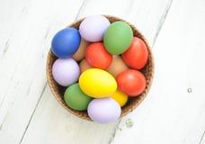 Uova di Pasqua in canestro di vimini Fotografia Stock Libera da Diritti