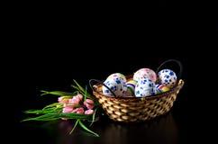 Uova di Pasqua In canestro di vimini Immagine Stock