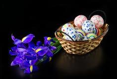 Uova di Pasqua In canestro di vimini Immagini Stock
