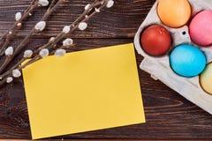 Uova di Pasqua, cartellino giallo in bianco Fotografia Stock Libera da Diritti