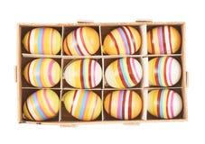 uova di Pasqua in casella di legno immagini stock libere da diritti