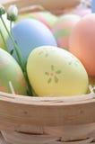 Uova di Pasqua In cestino Immagini Stock