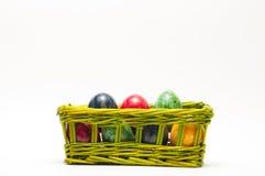 Uova di Pasqua In cestino Fotografie Stock