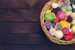 Uova di Pasqua In cestino con i fiori della sorgente Vista superiore, spazio della copia modificato Fotografia Stock