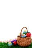 Uova di Pasqua In cestino di vimini Fotografia Stock Libera da Diritti