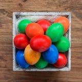 Uova di Pasqua In cestino Vista superiore immagini stock libere da diritti