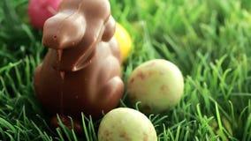 Uova di Pasqua che cadono nell'erba con il coniglietto di pasqua archivi video