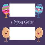 Uova di Pasqua che tengono un bordo in bianco del segno Fotografia Stock