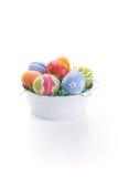 Uova di Pasqua In ciotola bianca Fotografia Stock