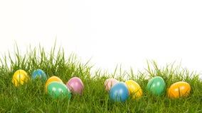 Uova di Pasqua colorate che si trovano nell'erba Fotografia Stock Libera da Diritti