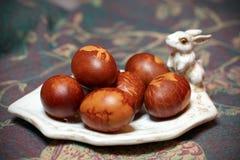 Colore naturale delle uova di Pasqua, Sul piatto del coniglio di coniglietto Immagine Stock Libera da Diritti