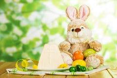 Uova di Pasqua colorate, dessert tradizionale del formaggio di Pasqua, coniglietto, f Fotografia Stock Libera da Diritti