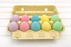 Uova di Pasqua colorate nella decorazione della scatola Immagini Stock