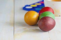 Uova di Pasqua colorate su una priorità bassa bianca Priorità bassa di Pasqua Fotografie Stock Libere da Diritti